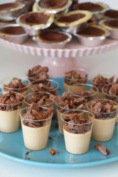 Ytterligare en av desserterna på Cillas kalas har vi här, eller ni ser ju egentligen två av dem. I bakgrunden ligger de ljuvliga dumlekakorna som jag gjort mååånga gånger. Lägger upp dem om en stund s Pudding Desserts, No Bake Desserts, Dessert Recipes, Cheesecakes, Best Sweets, Swedish Recipes, Dessert Drinks, Mousse, Scones