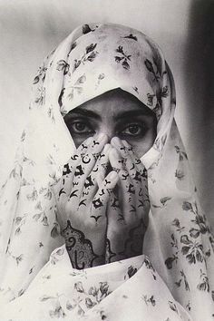 Shirin Neshat, in Persian: شیرین نشاط, is an artist of Iranian contemporary visual art, best known for his work in film, in video production. Shirin Neshat, Carnegie Museum Of Art, Islam Women, Arab Women, Iranian Art, Arabic Art, Foto Art, Famous Photographers, Musa