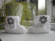Witte slofjes met zilvergrijs bloemetje
