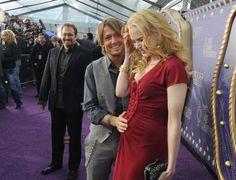 Pin for Later: Nicole et Keith font voyager leur romance australienne dans le monde entier !  Keith a touché le ventre arrondi de Nicole en juin 2008 aux CMT Music Awards à Nashville.