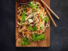 Kasvis-nuudelivokki Cook At Home, Japchae, Tapas, Food And Drink, Cooking, Ethnic Recipes, Kitchen, Brewing, Cuisine