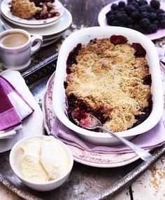 Søde, saftige og skrøbelige. Vi elsker de danske brombær og glæder os til at forvandle dem til denne nemme smuldrepie!