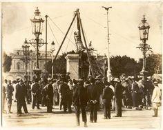 Bajando la Estatua de Isabel II en el Parque Central. Las revistas Cuba y América y El Fígaro hicieron encuestas para determinar qué prócer debía remplazar con su estatua la de la reina Española y el resultado fue que el pueblo eligió a José Martí en primer lugar y a la Estatua de la Libertad en segundo lugar.