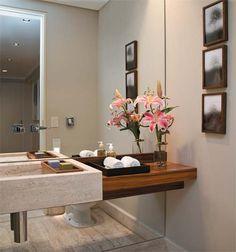 O espaço mínimo de 1,48 x 1,35 m deste lavabo quase não é percebido por quem entra devido ao truque do espelho...