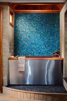 badezimmergestaltung mit blauem glasmosaik wanne