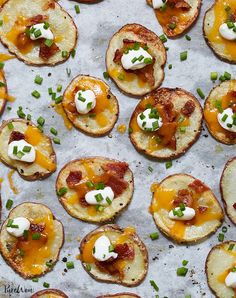 We love potatoes in all forms. Add to that list this recipe for loaded baked potato 'chips.' They're bite-size baked-potato slices topped with all the fixings. Baked Potato Slices, Loaded Baked Potatoes, Loaded Potato, Cheesy Potatoes, Mashed Potatoes, Healthy Superbowl Snacks, Game Day Snacks, Best Party Appetizers, Appetizer Recipes