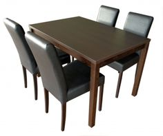 Houten tafel met zwarte stoelen, dat vind ik een mooie combinatie