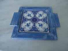 Bandeja pátina azul de branca com detalhe de azul . www.elo7.com.br/esterartes
