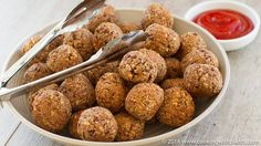 These vegan meatless meatballs are the best ever. They taste hearty and are a great substitute for traditional meat balls. Great for parties, picnics, finger. Vegan Lunch Recipes, Delicious Vegan Recipes, Vegan Foods, Vegan Dishes, Raw Food Recipes, Vegan Vegetarian, Vegan Apps, Meatless Meatballs, Vegan Meatballs