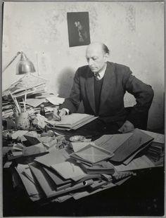 * Henri Michaux assis à sa table de travail 1943-1945 photo Brassaï