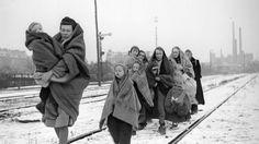 Flüchtlinge aus Polen folgen nach dem Zweiten Weltkrieg Eisenbahnschienen in Richtung Berlin.