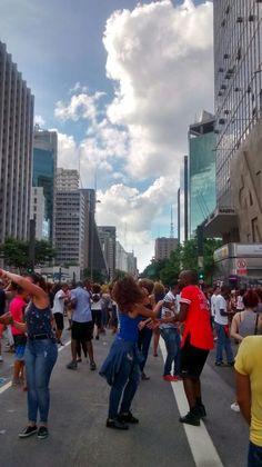 Feliz Aniversário Cidade de São Paulo - 25/01/2017.  Av. Paulista é 10, liberando sua importante Av. para que todos participem seja caminhando, andando de bike, patins, skate, bandas tocando e festejando com suas músicas, e até dançando... Que maravilha, que energia boa deste local, nesta linda data. Parabéns!