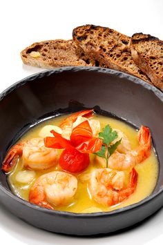 Caramelized shrimps in wine sauce, butter & garlic, served with wholemeal toast