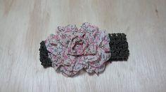 Faixa de crochê com elastano, verde, com flor de tecido floral miúda aplicada. Macia e confortável, vai deixar sua princesa linda.