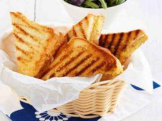 Lämpimät leivät saavat täytteen kinkusta, juustosta, maustekurkusta ja ranskankermasta. http://www.yhteishyva.fi/ruoka-ja-reseptit/reseptit/croque-monsieur/014450