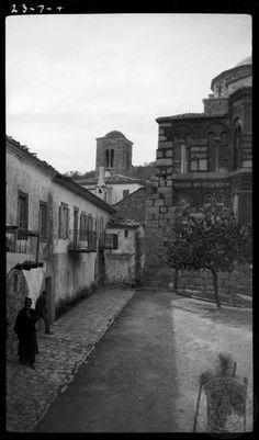 Boeotia. St. Loukas; courtyard. 1923; Dorothy Burr Thompson.