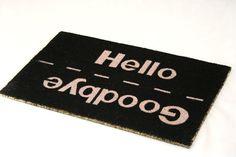 Tapete de entrada Hello/Goodbye de PT. Tan educado como un portero recibiendo y despidiendo a tus invitados.