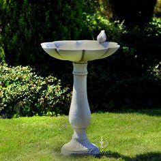 Betonowe poidełko dla ptaków na zdobionym postumencie to piękna i klasyczna ozdoba, która będzie świetnie pasować w każdym ogrodzie. Zapraszamy do naszego sklepu!