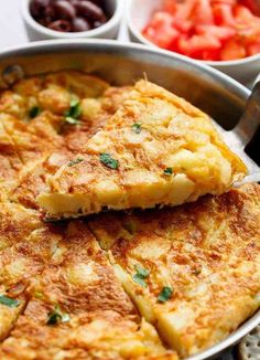 Spanish Omelette (Spanish Tortilla) is perfect served hot or cold, and so easy to make! Perfect for picnics, bbq& or your Tapas menu! Menu Tapas, Spanish Eggs, Spanish Menu, Spanish Party, Spanish Recipes, Spanish Food, Spanish Tortilla Recipe, Spanish Potatoes, Spanish Omelette
