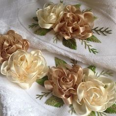 Wonderful Ribbon Embroidery Flowers by Hand Ideas. Enchanting Ribbon Embroidery Flowers by Hand Ideas. Ribbon Embroidery Tutorial, Simple Embroidery, Silk Ribbon Embroidery, Hand Embroidery Patterns, Embroidery Stitches, Embroidery Designs, Ribbon Art, Lace Ribbon, Ribbon Crafts