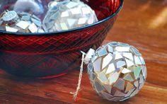 Este artesanato de Natal feito com CD velho vai deixar a sua árvore mais bonita (Foto: cremedelacraft.com)