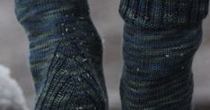 Neuloin isälle ja äidilleni lahjaksi Vanilla is the new black -sukat. Hauska sukkamalli, jossa perussukan jujuna on erilainen kantapää. ... Leg Warmers, Knit Crochet, Knitting, Clothes, Fashion, Outfit, Moda, Clothing, Tricot