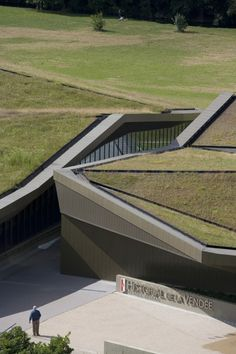 <b>Musée d'histoire de Vendée (Historial de la Vendée)</b>  <b>Un bâtiment furtif</b>  <b>La dissimulation comme parti architectural</b>  La volonté de faire disparaître les 6000m2 du musée dans le paysage était inscrite dans le programme du conc...