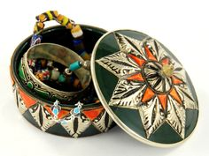 Na okrągło i w kolorze. Zakupiona na suku w Fezie, marokańska szkatułka na drogocenności