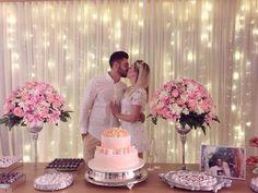 decoraçao noivado, cortina com luzes atras, vasos de cristais com flores rosas e brancas!!