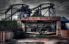 The abandoned Six Flags Theme Park, New Orleans. In Hurricane Katrina devastated New Orleans and ripped the heart of fun and the amusement out of this park. Almost six years later, Six Flags in New Orleans is unnaturally silent, no lines and no laughter. Abandoned Buildings, Old Buildings, Abandoned Places, Six Flags New Orleans, Abandoned Theme Parks, Abandoned Amusement Parks, Spooky Places, Haunted Places, Nova Orleans