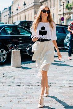 Look acinturado com cores neutras. Combinando saia de babados, t-shirt, cinto e scarpin amarração.