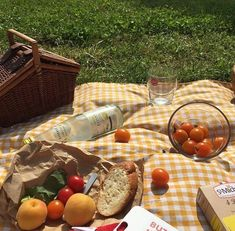 Picnic shared by ♡ Nature Aesthetic, Summer Aesthetic, Aesthetic Food, Orange Aesthetic, Comida Picnic, Picnic Date, Summer Picnic, Fall Picnic, Italian Summer