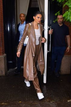 Kendall Jenner Just Recreated One Of Bella Hadid's Best Outfits (& Now You'll Want To Do The Same) Celebrity Outfits, Celebrity Style, Celebrity Closets, Mode Outfits, Fashion Outfits, Stylish Outfits, Estilo Jenner, Mode Ootd, Kendall Jenner Outfits
