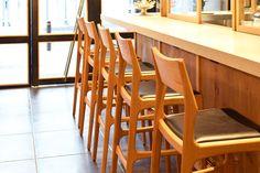 【大阪市 miee bakery(ミーベーカリー)様】 大阪・西心斎橋の「miee bakery」様にて、カウンターチェア「yu-counter chair」×5脚をお使いいただいています。  #カウンターチェア #カウンター椅子 #無垢カウンターチェア #京都 #日本製  #counterchair #cafe #japan #kyoto #北欧インテリア #おしゃれなインテリア #おしゃれなカウンターチェア #おしゃれな椅子 #つくりのいいもの #カフェチェア #カフェ家具 #mieebakery #ミーベーカリー Bar Stools, Home Decor, Bar Stool Sports, Counter Height Chairs, Interior Design, Home Interior Design, Bar Stool Chairs, Counter Stools, Home Decoration