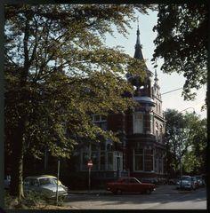 Zwolle, de Wilhelminasingel met Zwollekerspels' burgemeesterswoning.
