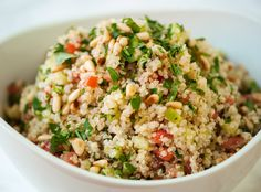 This quinoa salad recipe is the best! Everyone loves this healthy quinoa salad made with quinoa, chickpeas, red bell pepper, cucumber, parsley and lemon. Quinoa Salad Recipes, Pasta Recipes, Cooking Recipes, Healthy Recipes, Free Recipes, Vegetarian Recipes, Best Pasta Salad, Sin Gluten, Gluten Free