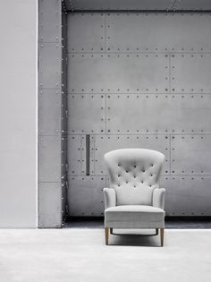Inspired by classic British club furniture, Danish designer Frits Henningsen created a modern interpretation of the wingback with his swoopy...