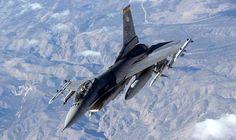2006年1月、「レッドフラッグ」演習に参加し、米国ネバダ州上空を飛行する米空軍のF16。この演習は米国と友好国のパイロットの戦闘技術向上を目的として定期的に開催され、実戦を想定したハードな訓練が実施される。【AFP=時事】