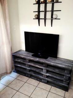 Des palettes de bois superposées comme meuble TV