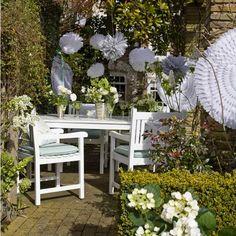 sommer deko für Ihre gartenparty papierblumen über dem tisch