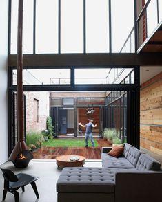 中庭には喫煙スペース位のデッキとハーブ栽培エリア。残りは石畳 Brooklyn, NY house with center atrium.
