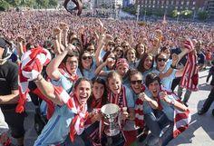 Las jugadoras del Athletic Club a su llegada al Ayuntamiento de Bilbao para la recepción ofrecida por el alcalde después de imponerse vencedoras en la Liga femenina de fútbol.