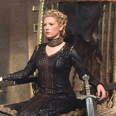 Find images and videos about Queen, vikings and lagertha on We Heart It - the app to get lost in what you love. Katheryn Winnick Vikings, Lagertha Vikings, Lagertha Hair, Vikings Tv Show, Vikings Season 4, Vikings Tv Series, Viking Life, Viking Warrior, Viking Woman
