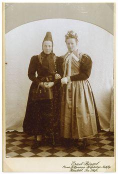 Zwei junge Frauen in Hersfelder Tracht, um 1894 #Hersfeld