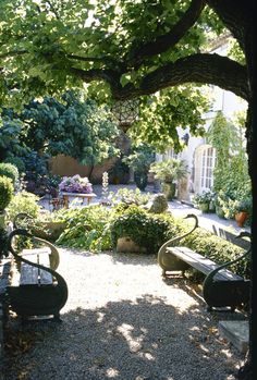 French graveled patio garden with swan benches - Lonny