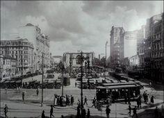 Praça da Sé em 1927 com a nova Catedral em construção (no centro) e a esquerda…