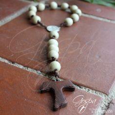 Denario bendiciòn de puerta realizado en madera color blanco con crucero en pewter y cruz Tau en madera tallada