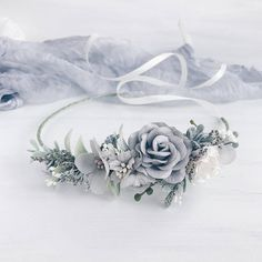 Dusty grey flowers with greenery, berries, baby breath and leaves. Due to the flexible design crown individually adapts to the shape of the head. Length 40 cm / 15.8 inches. You can also order a matching flower bracelet or the Set with crown, boutonniere and bracelet. All crowns will be