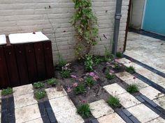 Hergebruik van materialen in piepkleine achtertuin  Meer interieur- en tuininspiratie? Kijk op www.walhalla.com