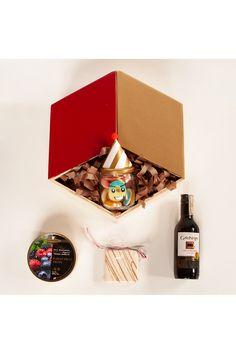 Un abrazo es muchas veces suficiente para hacernos el día. Cariño hay muchas formas de expresarlo, y con un regalo sencillo pero hermoso es mucho mas fácil. Regalo happy hug en una caricia para cualquier persona, un alfajor, unos dulces, un vino gato negro y un frasco celebración, disponible en La Confitería, tienda de regalos en línea en Colombia. Chocolates Gourmet, Advent Calendar, Hug, Holiday Decor, Happy, Simple Gifts, Gift Shops, Gifts For My Boyfriend, Personalized Gifts